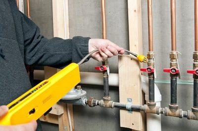 Plombier qui procède à une détection fuite de gaz