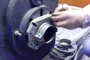 Chauffagiste qui procède à un changement de joint pour stopper la fuite de gaz