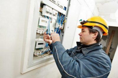 Le chauffagiste répare la chaudière électrique