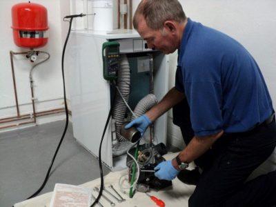 Le chauffagiste répare la chaudière qui charbonne