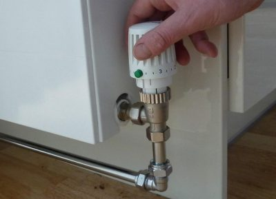 Le chauffagiste ajuste la température du chauffage