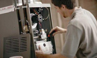Le plombier chauffagiste répare la panne de la chaudière