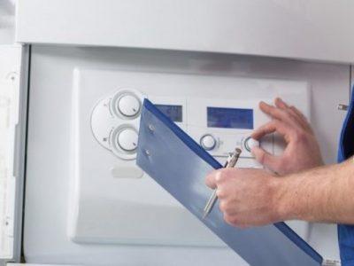 Le chauffagiste ajuste les paramètres du thermostat de la chaudière