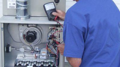 Le chauffagiste répare une chaudière électrique