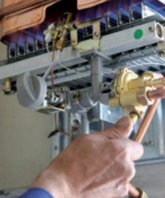 Le chauffagiste répare boiler