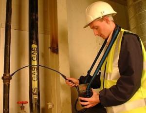 chauffagiste fait une détection et réparation conduite de gaz
