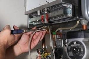Chauffagiste qui recherche une fuite de gaz dans une chaudière